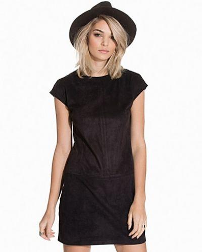 Till dam från Sisters Point, en svart fodralklänning.