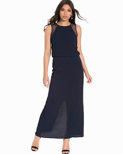 Till dam från Selected Femme, en blå maxiklänning.