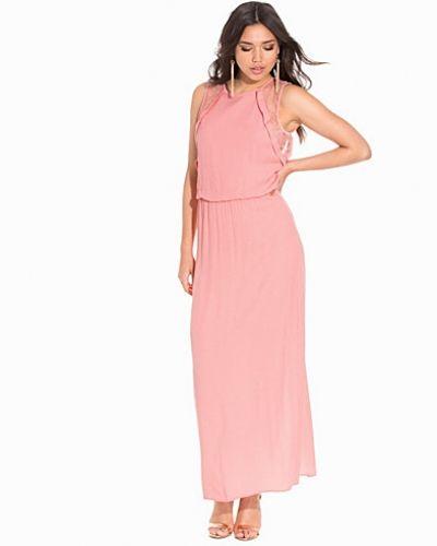 Till dam från Selected Femme, en rosa maxiklänning.