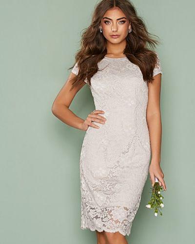 Till dam från Selected Femme, en grå klänning.