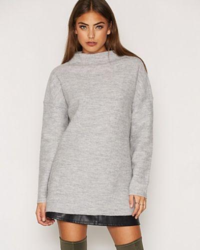 SFDARLA LS KNIT T-NECK PULLOVER Selected Femme stickade tröja till dam.