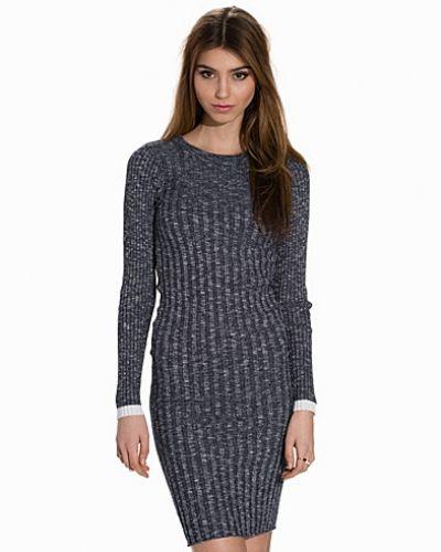 Lila långärmad klänning från Selected Femme till dam.
