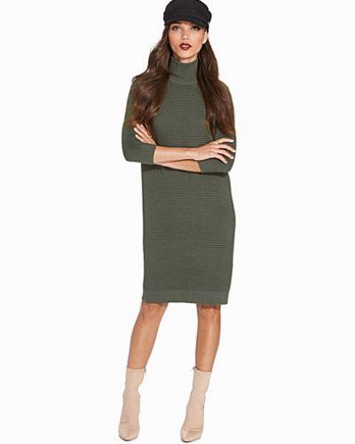 Till dam från Selected Femme, en grön klänning.