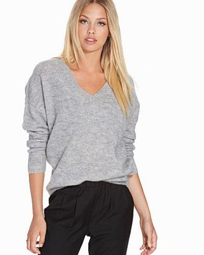 Grå stickade tröja från Selected Femme till dam.