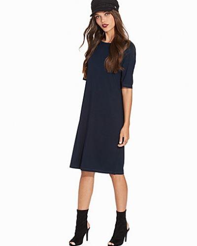 Blå klänning från Selected Femme till dam.
