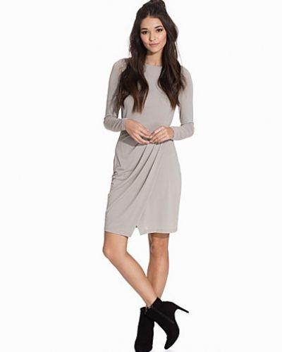 Till dam från Selected Femme, en grå långärmad klänning.