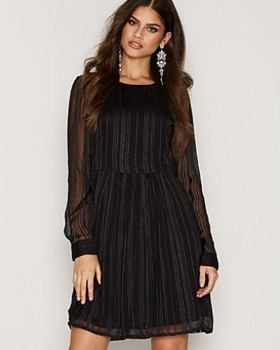 Till dam från Selected Femme, en svart klänning.