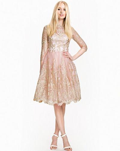 8579069e13b4 Till dam från Chi Chi London, en rosa långärmad klänning.