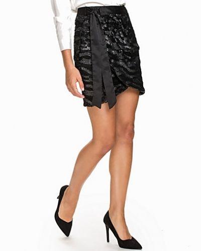 Till kvinna från NLY Trend, en svart minikjol.
