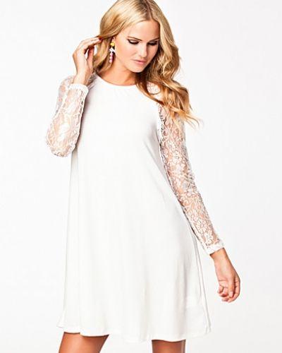 Till dam från Ax Paris, en creamfärgad långärmad klänning.