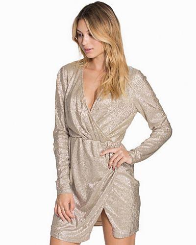 Till dam från NLY Trend, en guld klänning.