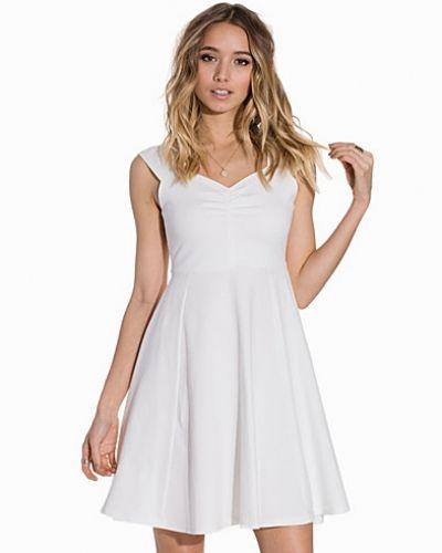 Vit klänning från B.Young till dam.