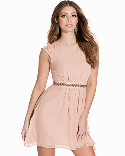 Beige klänning från Elise Ryan till dam.
