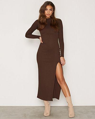 Till dam från NLY One, en brun långärmad klänning.