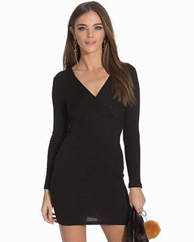 Klänning Simple V Neck Dress från NLY Trend