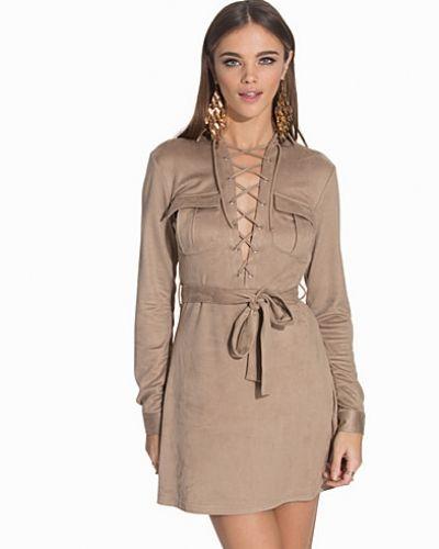 Till dam från NLY Trend, en grå klänning.