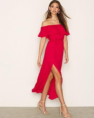 Till dam från NLY Trend, en röd maxiklänning.