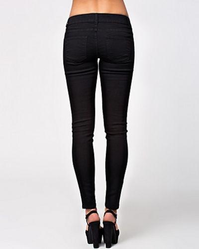 Till dam från Jacqueline de Yong, en svart slim fit jeans.