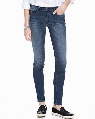 Till dam från Diesel, en blå slim fit jeans.