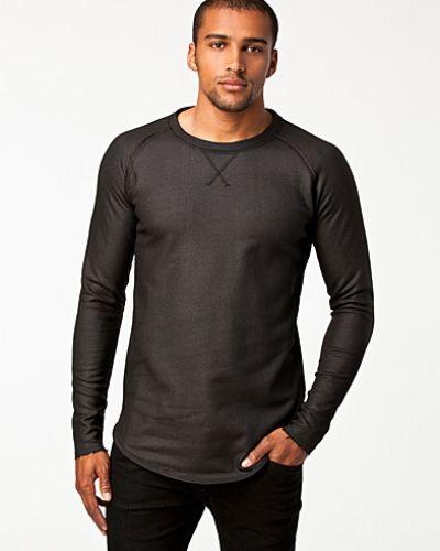 Till killar från Tiger of Sweden Jeans, en svart sweatshirts.