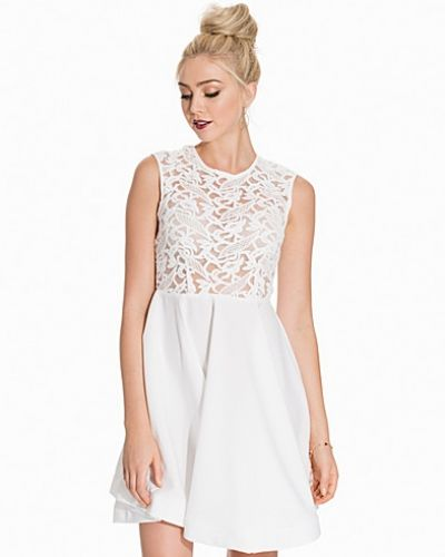 Till dam från Glamorous, en vit ärmlösa klänning.