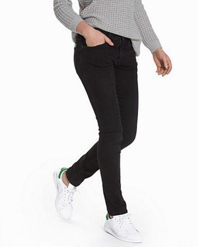 Till dam från Calvin Klein Jeans, en blå boyfriend jeans.