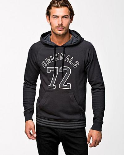 Till killar från Adidas Originals, en svart sweatshirts.