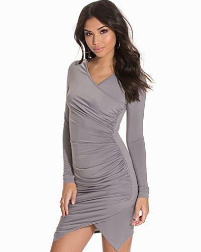 Till dam från Club L Essentials, en grå fodralklänning.