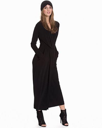 Svart maxiklänning från JUST FEMALE till dam.