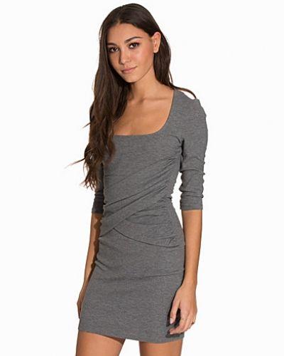 Square Neck Dress NLY Trend klänning till dam.