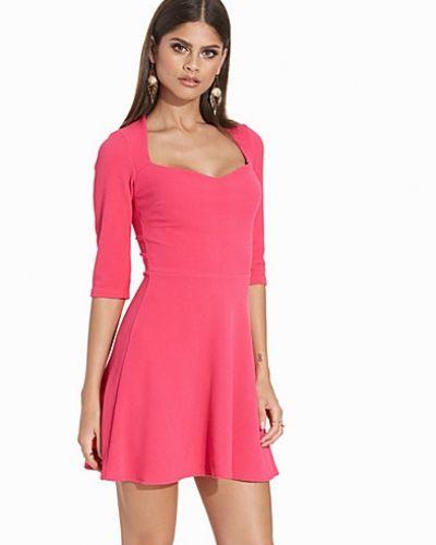 Rosa klänning från John Zack till dam.