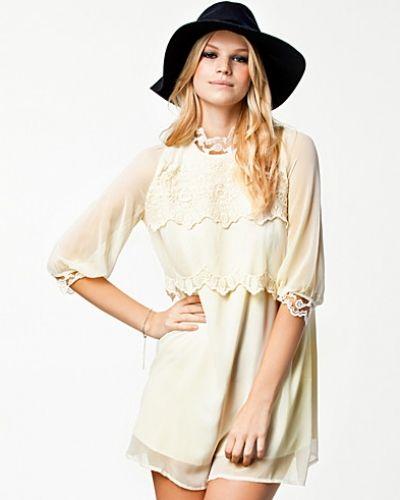 Creamfärgad studentklänning från The Style till tjejer.