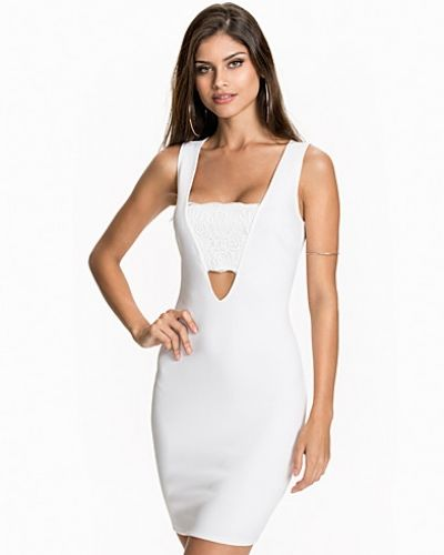 Till tjejer från NLY One, en vit studentklänning.