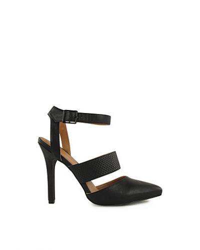 Till dam från Nly Shoes, en svart högklackade.