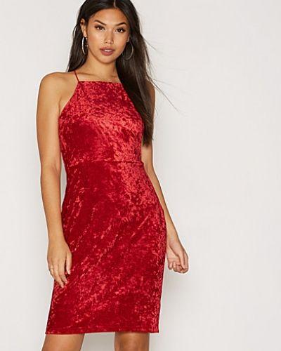 Fodralklänning Strap Velvet Dress från NLY One