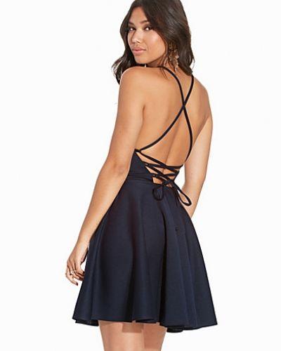 Blå klänning från NLY One till dam.