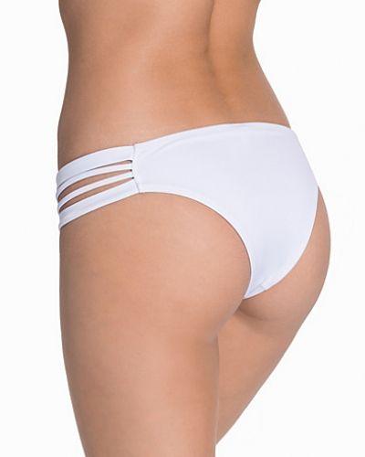Till tjejer från NLY Beach, en vit bikini.