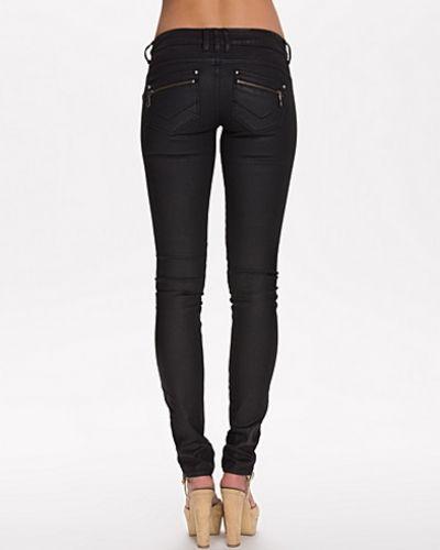 Till dam från Vero Moda, en svart slim fit jeans.