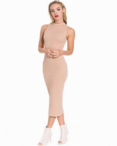 Till dam från NLY Trend, en rosa midiklänning.