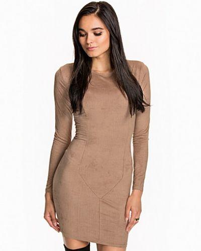 Till dam från NLY Trend, en beige fodralklänning.