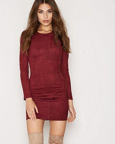 Till dam från NLY Trend, en röd långärmad klänning.