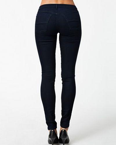 Till dam från Filippa K, en metallicfärgad slim fit jeans.