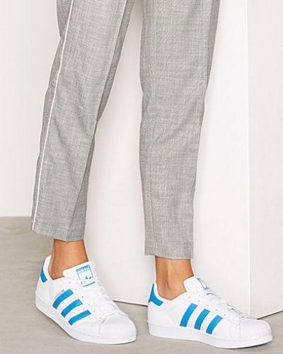 Sneakers från Adidas Originals till dam.
