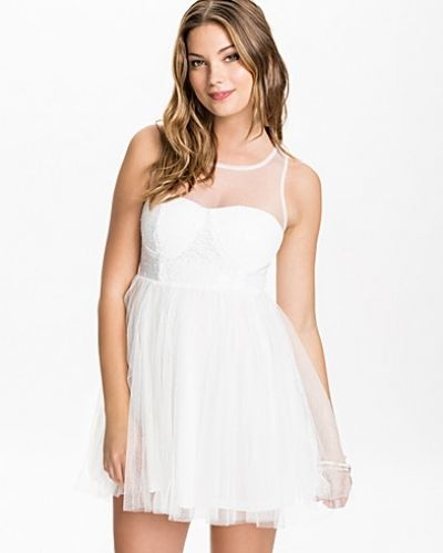 Till dam från Club L, en vit bandeauklänning.