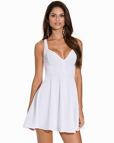 Sweetheart Neckline Skater Dress NLY One klänning till dam.