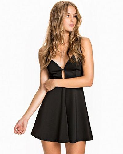 Till dam från John Zack, en svart klänning.