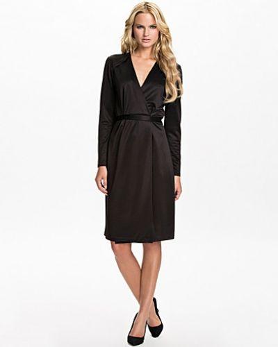 Till dam från Filippa K, en svart långärmad klänning.
