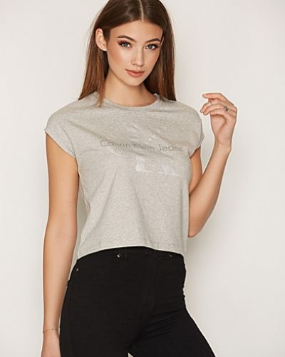 Till dam från Calvin Klein Jeans, en grå t-shirts.