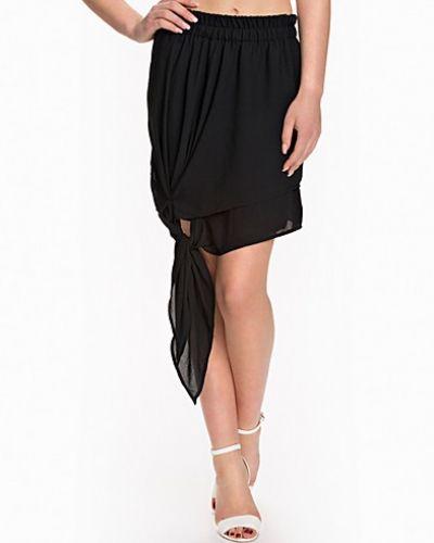 Svart minikjol från NLY Design till kvinna.