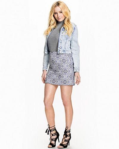 Blå minikjol från New Look till kvinna.
